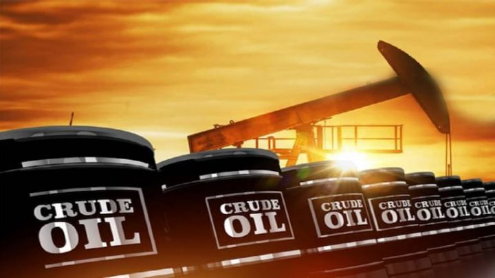 Oil Holds Weekly Gain as Gloomy Economic Signals Damp Rebound